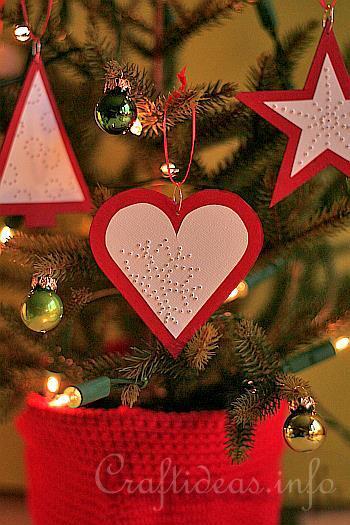 rbol de navidad cuyos adornos son tringulos corazones y estrellas de papel