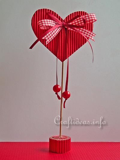 Bastelidee für Valentinstag - Papier-Herz Tischdekoration