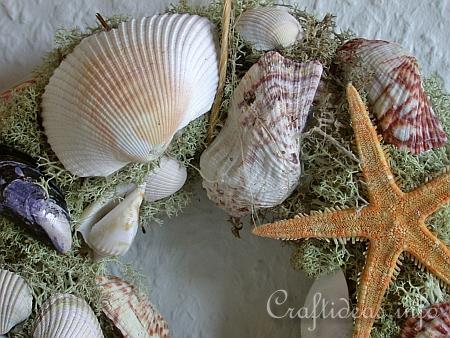 Free summer holiday craft project natural seashell wreath for Seashell wreath craft ideas